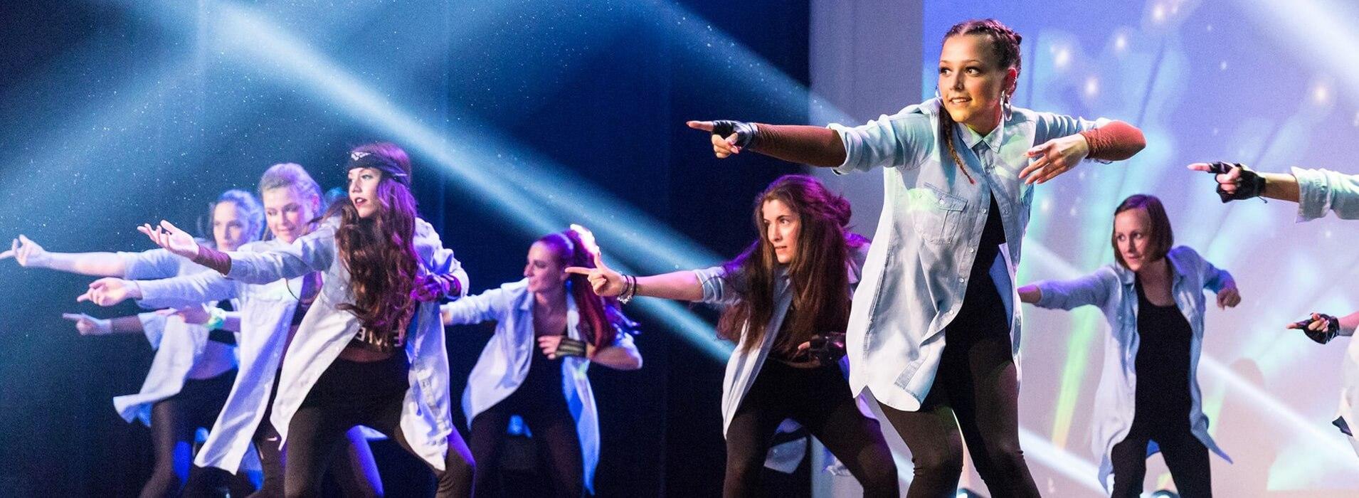 Nous offrons à notre jeunesse des cours de danse hyper tendance qui rencontrent les univers musicaux dans lesquels elle grandit.